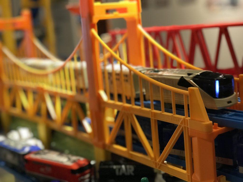 鉄橋を渡る四季島のプラレール