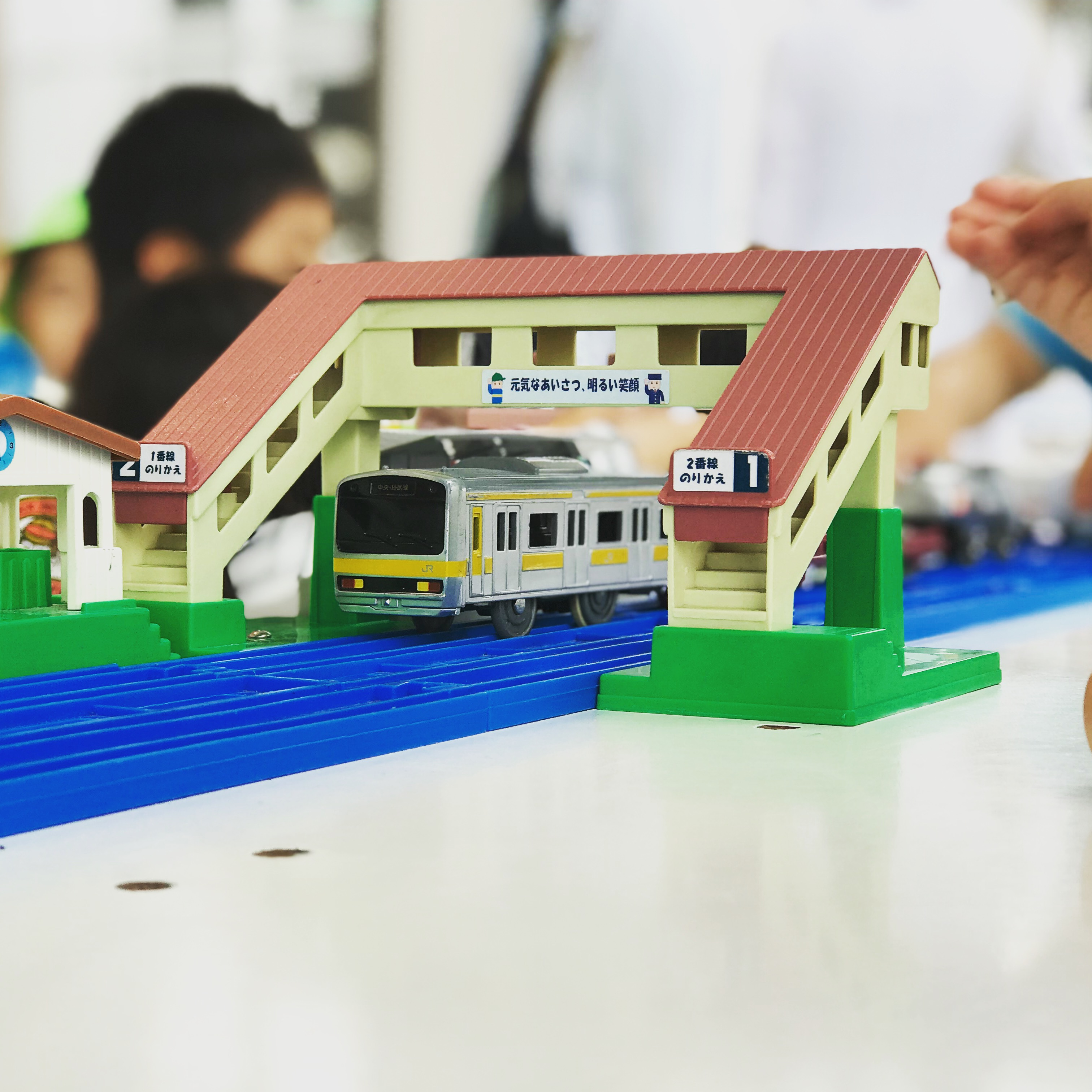 プラレールの総武線と駅の画像
