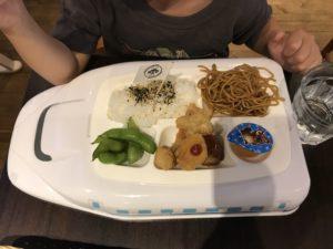 ご飯、焼きそば、枝豆、揚げ物、ゼリーが乗ったキッズランチプレート