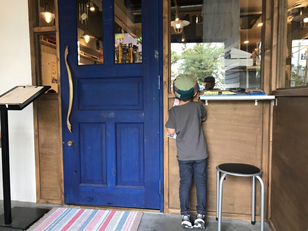 カフェ子鉄の入口の青いドア