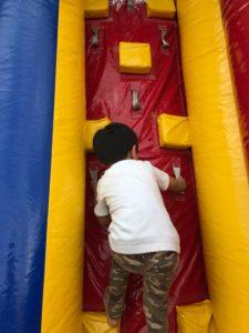 エアー滑り台に登ろうとする子供