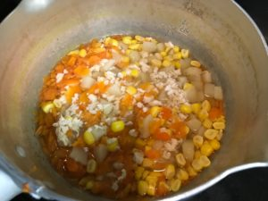 ささみと野菜を鍋で煮込み中
