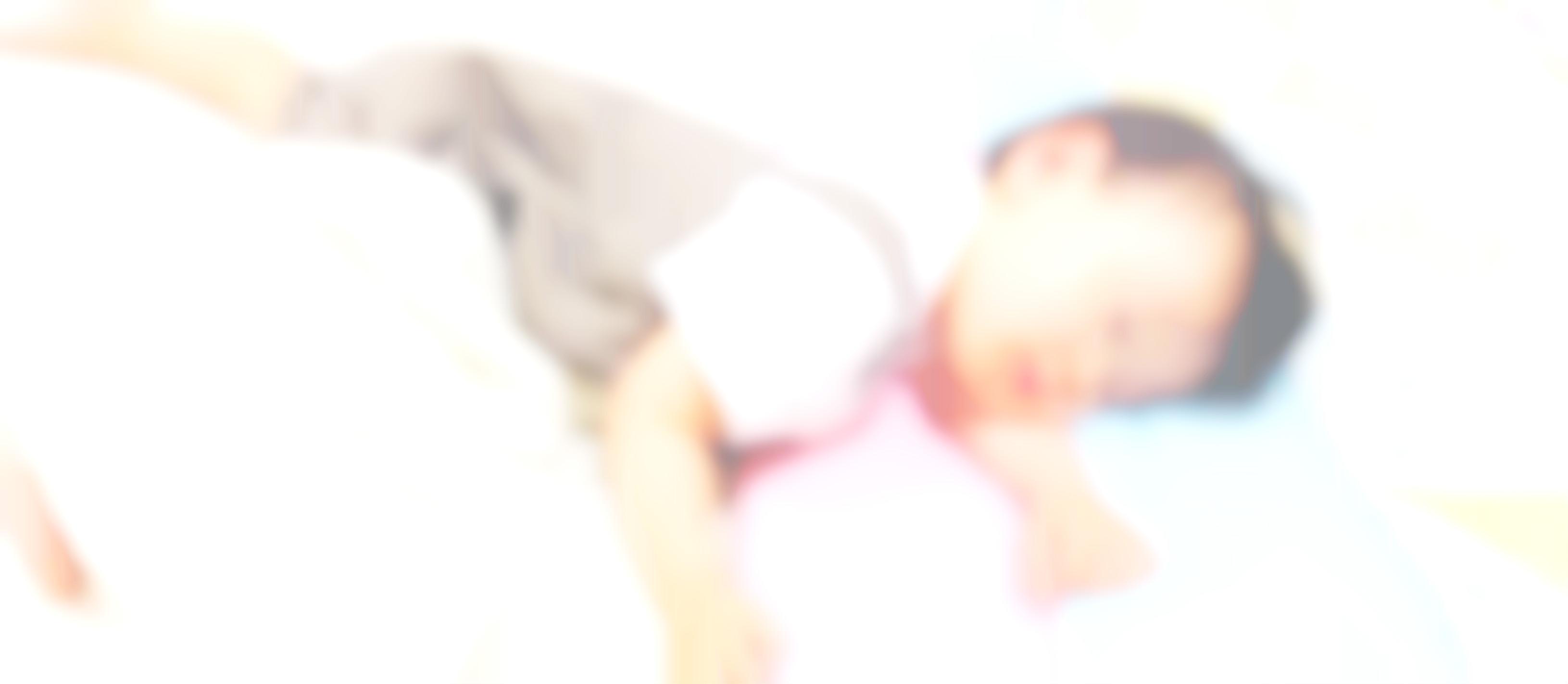 子供が寝ている写真