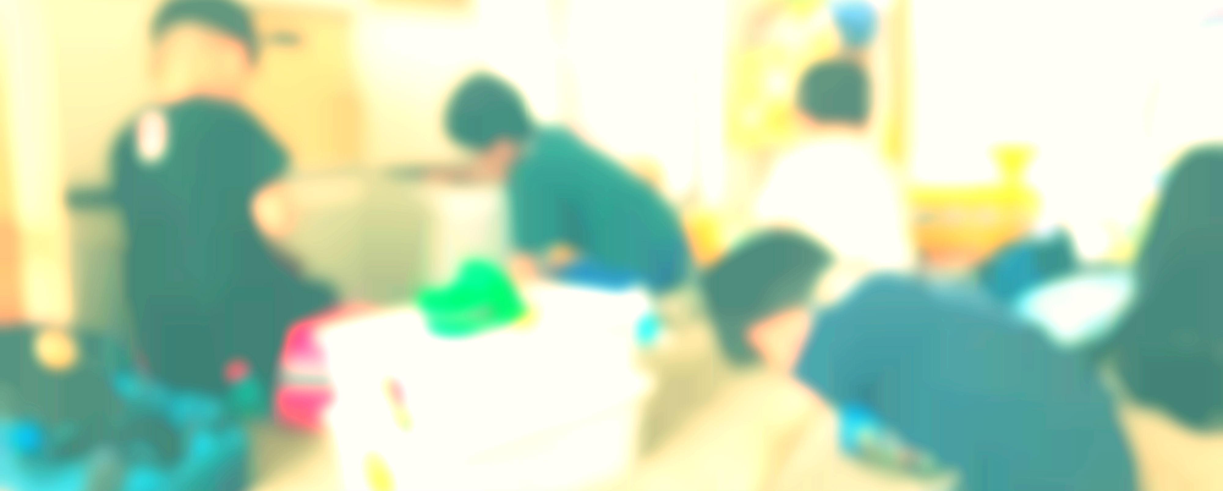 4人の子供たちが遊んでいるイメージ
